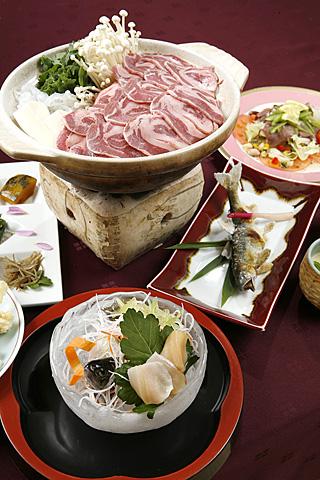 晚餐的菜单(例)包含服务费税金